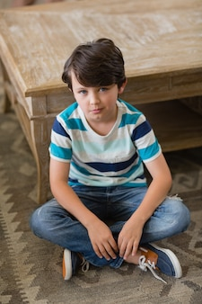Portret van jongen zitten in de woonkamer