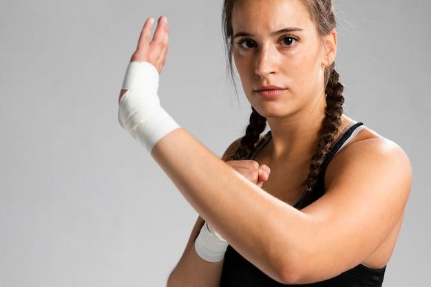 Portret van karatevrouw het uitoefenen
