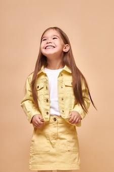 Portret van kaukasisch glimlachend geïsoleerd meisje