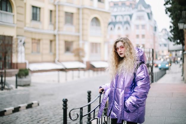 Portret van kaukasische blondie jonge vrouw in zonnebril buitenshuis. schoonheid, mode-concept
