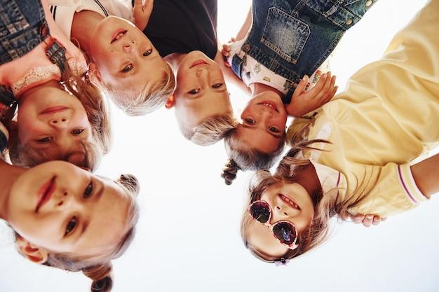 Portret van kinderen die samen staan en poseren voor de camera.