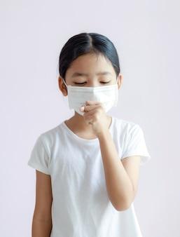 Portret van kinderen die sanitaire maskers en hoest dragen. de griepepidemie, coronavirus of covid-19 en ziekte met smog.