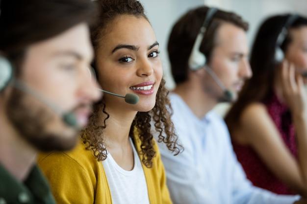 Portret van klantenservicemedewerker werken op kantoor