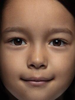 Portret van klein en emotioneel aziatisch meisje close-up.