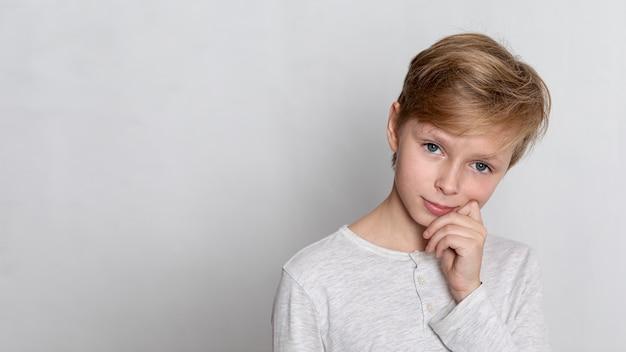 Portret van kleine jongen met kopie ruimte