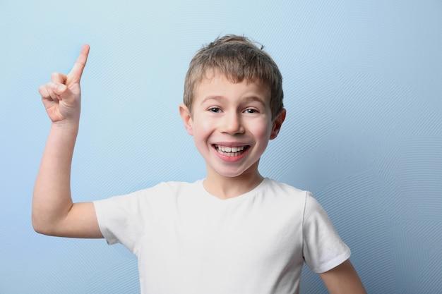 Portret van kleine jongen op lichtblauw