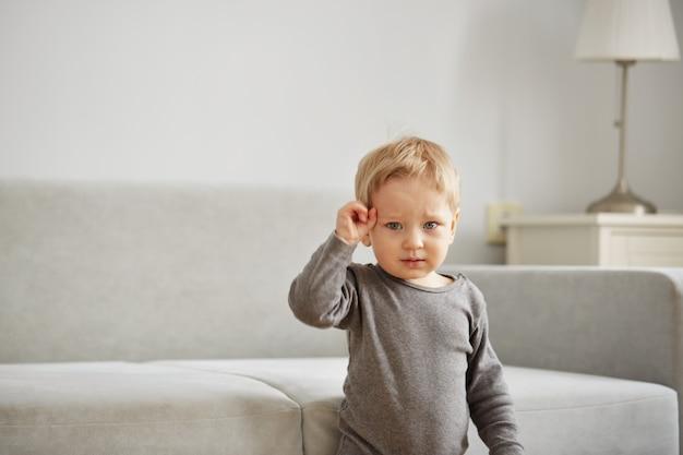 Portret van kleine jongen thuis