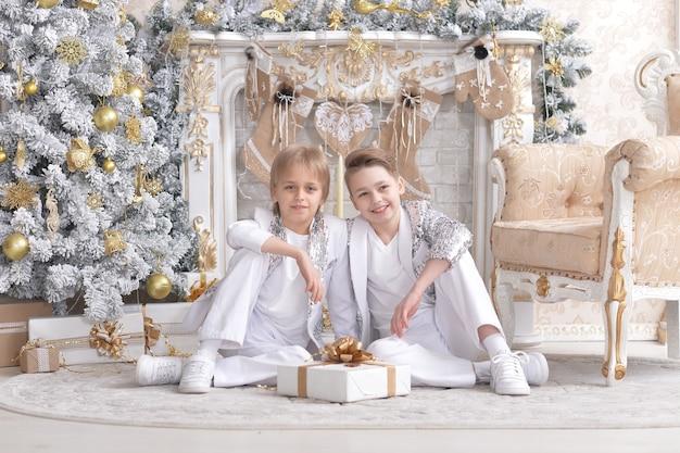 Portret van kleine jongens poseren met cadeau op kerstmis
