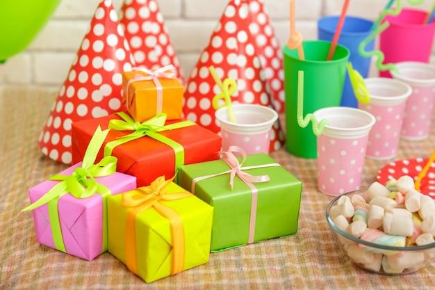 Portret van kleurrijke tafel set voor kinderfeestje