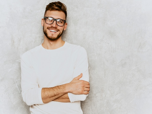 Portret van knap het glimlachen hipster zakenmanmodel die toevallige de zomer witte kleren dragen.