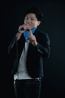 Portret van knappe aantrekkelijke zanger