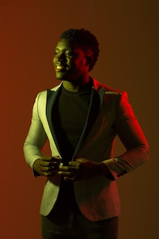 Portret van knappe afrikaanse man in pak