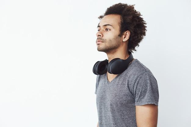 Portret van knappe afrikaanse man met koptelefoon