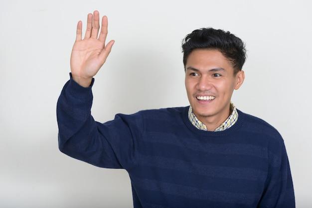 Portret van knappe aziatische man met trui