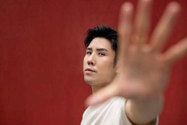 Portret van knappe aziatische man