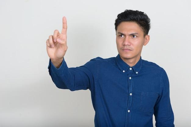 Portret van knappe aziatische zakenman iets aan te raken