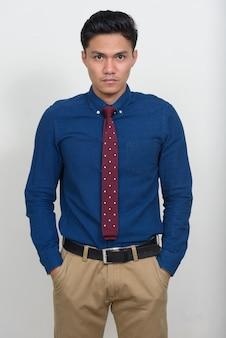 Portret van knappe aziatische zakenman