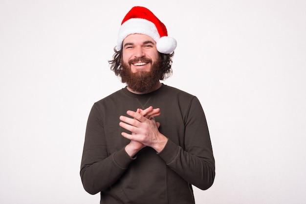 Portret van knappe bebaarde hipster man met kerstman hoed en kijken zelfverzekerd naar de camera
