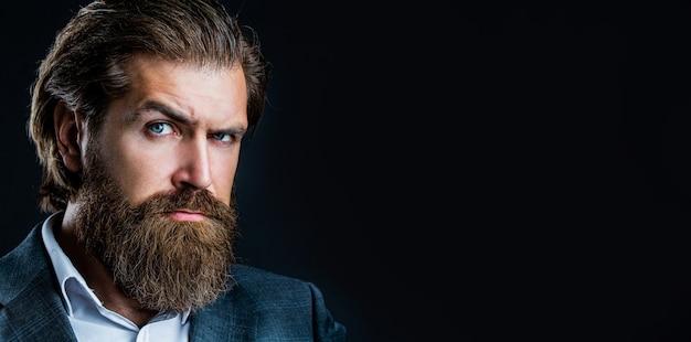 Portret van knappe bebaarde man in pak. mannelijke baard en snor. sexy man, brutale macho, hipster. elegante knappe man in pak. knappe bebaarde zakenman.