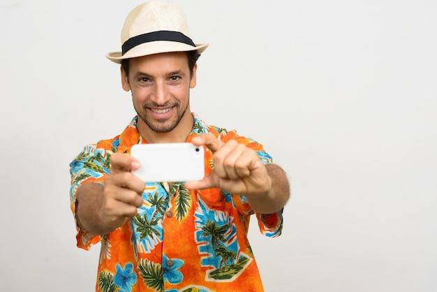 Portret van knappe bebaarde spaanse toeristische man klaar voor vakantie