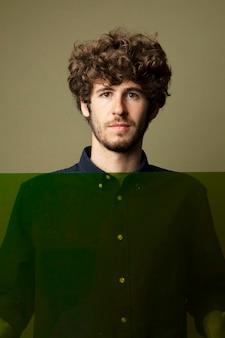 Portret van knappe blanke man geïsoleerd op een groene achtergrond