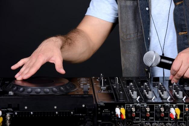 Portret van knappe deejay speelclubmuziek.