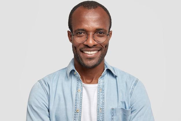 Portret van knappe donkere huid jonge man met glanzende glimlach