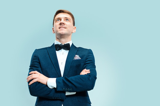 Portret van knappe en elegante man in pak