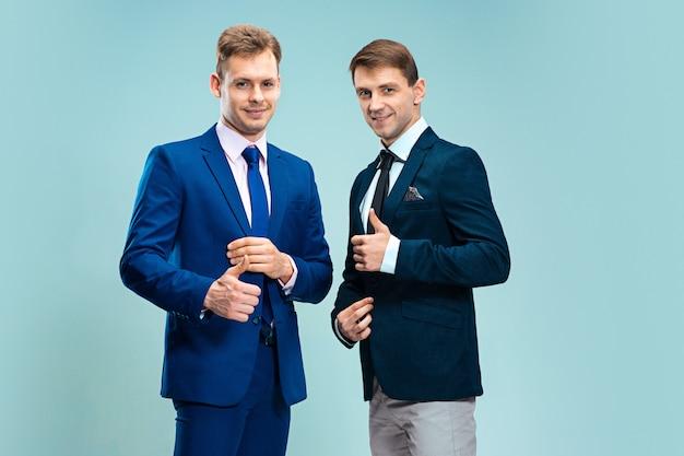 Portret van knappe en elegante zakenlieden