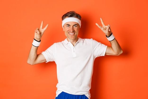 Portret van knappe, gezonde mannelijke atleet van middelbare leeftijd in sportkleding