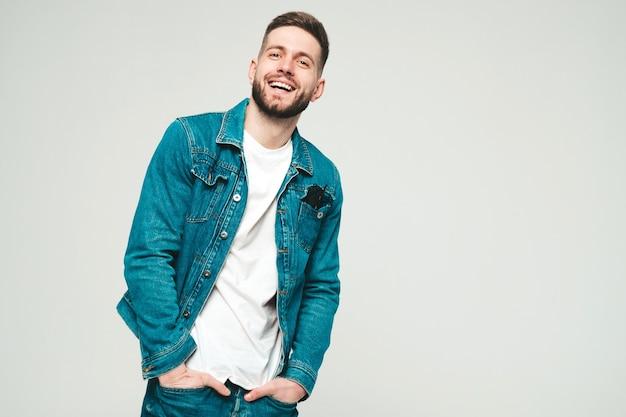Portret van knappe glimlachende stijlvolle jonge man