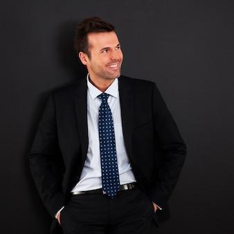 Portret van knappe glimlachende zakenman