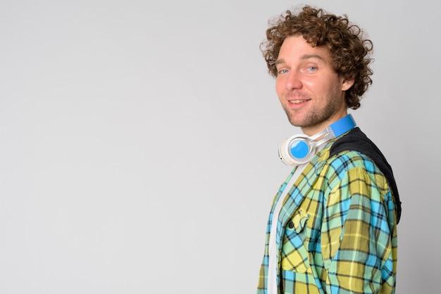 Portret van knappe hipster man met krullend haar op wit