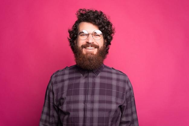 Portret van knappe jonge bebaarde hipster man ronde bril en op zoek