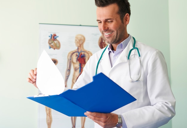 Portret van knappe jonge dokter