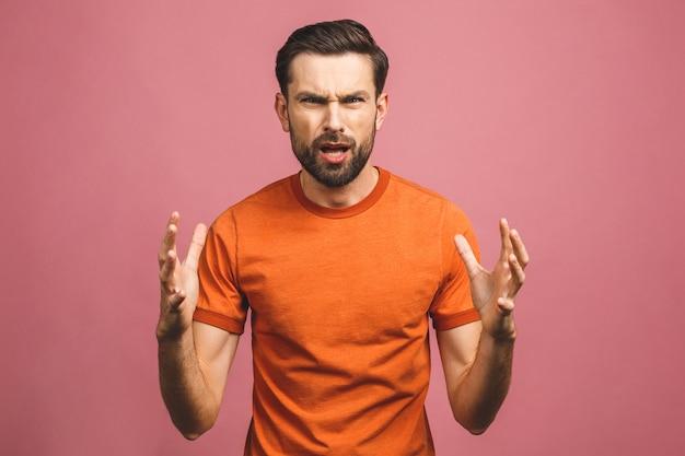 Portret van knappe jonge man in glazen terwijl je tegen roze muur. sluit omhoog portret van de gebaarde mens die zijn mond open houden.