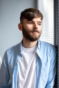 Portret van knappe jonge man op het werk