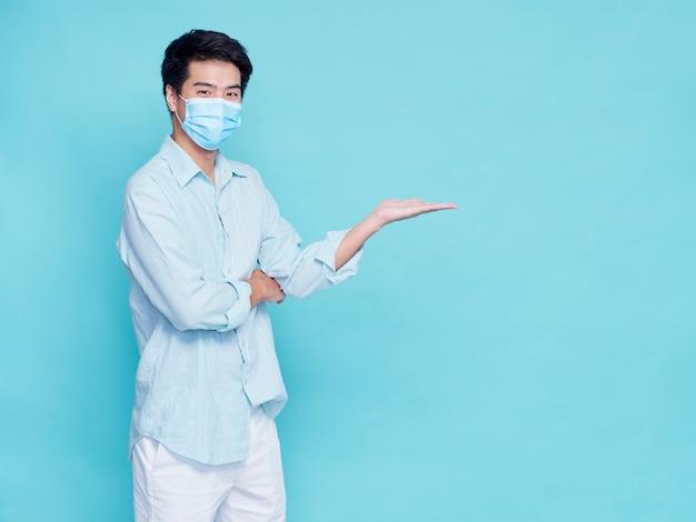 Portret van knappe jonge mannen die medisch masker dragen, concept covid 19