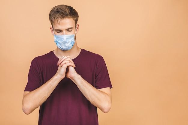 Portret van knappe jonge verbaasde man met chirurgisch medisch masker