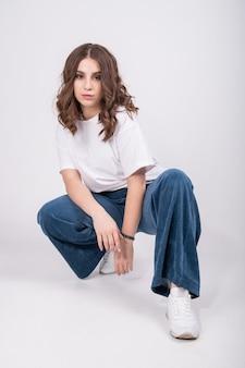 Portret van knappe jonge vrouw met kortgeknipt kapsel, draagt casual comfortabele kleding