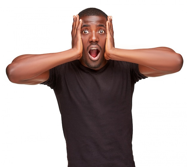 Portret van knappe jonge zwarte afrikaanse verrast man