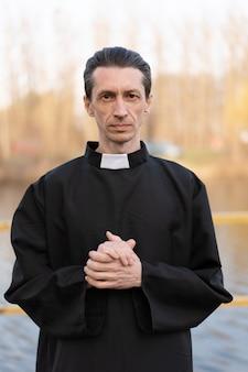 Portret van knappe katholieke priester of predikant met kraag