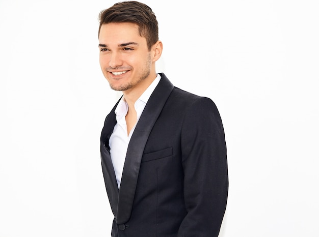Portret van knappe lachende stijlvolle zakenman model gekleed in elegante zwarte klassieke pak poseren. metrosexual
