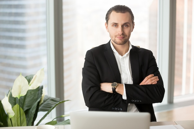 Portret van knappe lachende zakenman in office