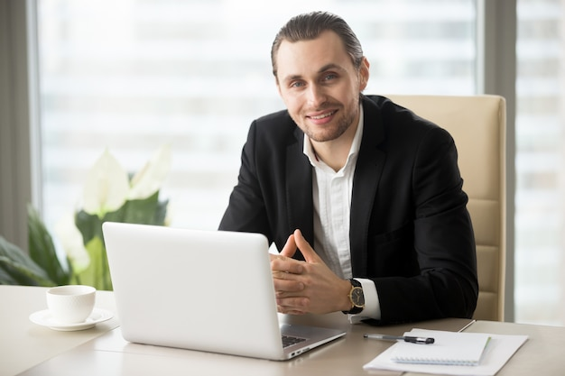 Portret van knappe lachende zakenman
