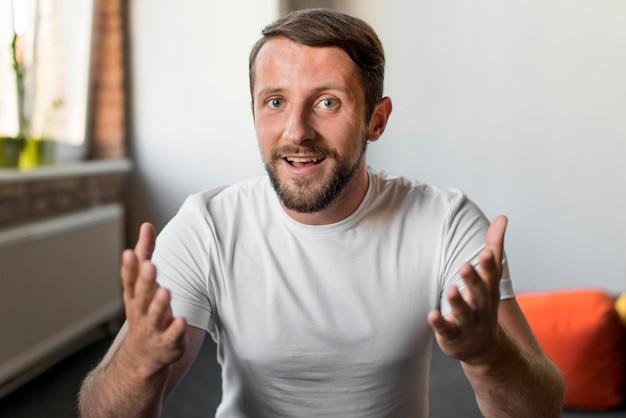 Portret van knappe man die lacht