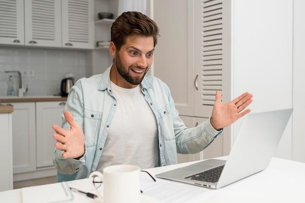 Portret van knappe man die vanuit huis werkt