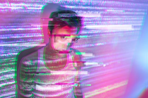 Portret van knappe man in vaporwave-stijl