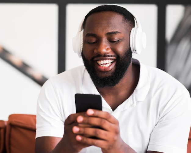 Portret van knappe man luisteren naar muziek