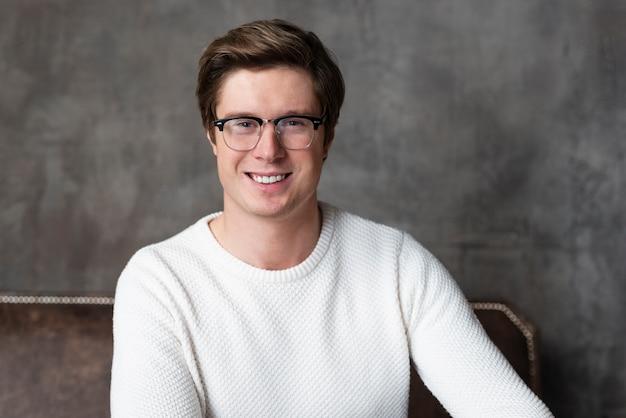 Portret van knappe man met bril